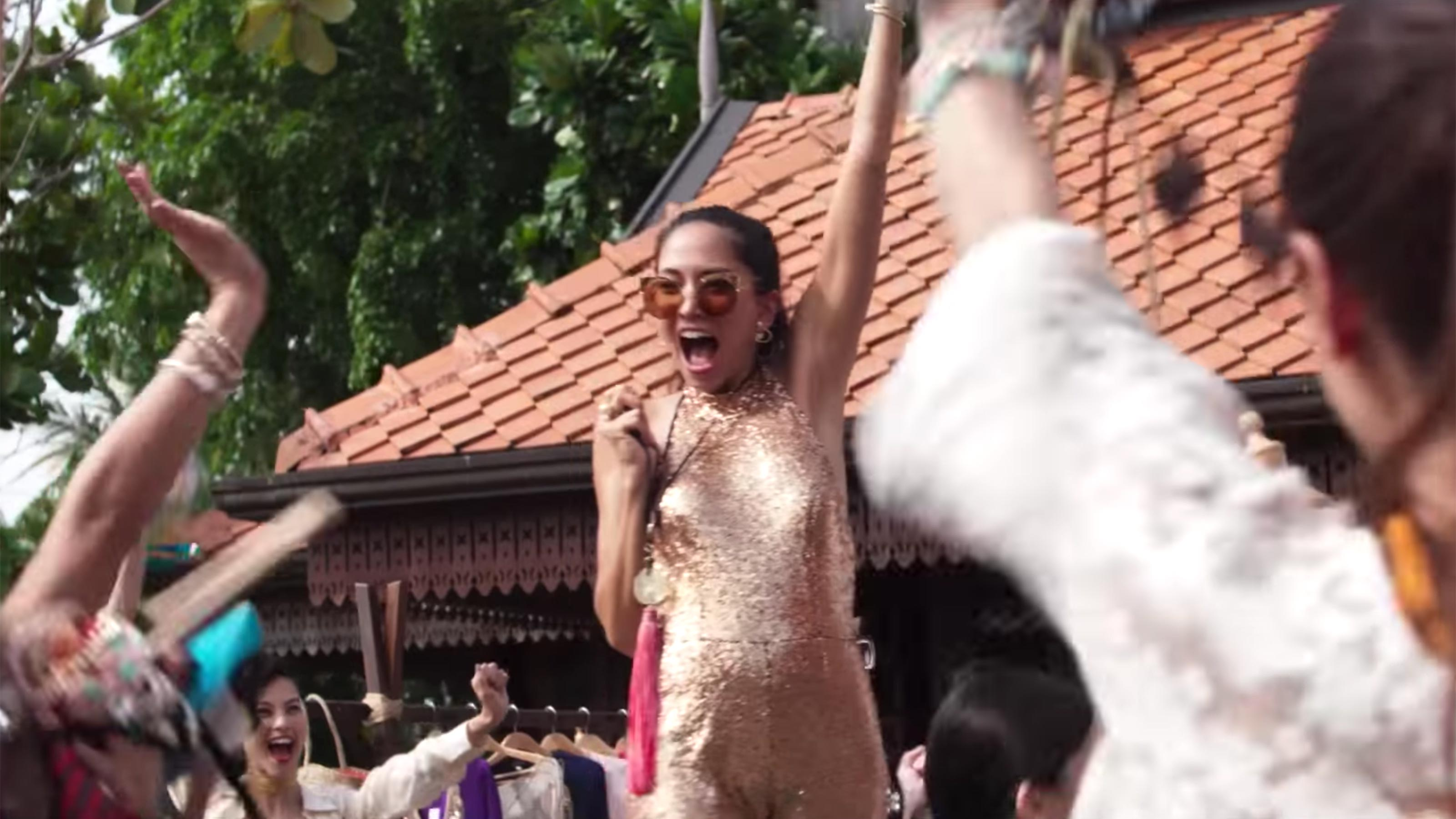 《 瘋狂亞洲富豪 》新娘於小島舉辦的告別單身派對 。