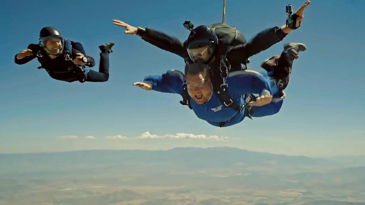 【影音】94狂!宣傳《MI6》阿湯哥跳傘小學堂開張,詹姆斯柯登:B嘴啦!