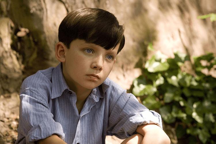 阿薩巴特菲爾德十歲時便主演電影《穿條紋衣的男孩》而展露頭角,並獲得最佳新人的提名。