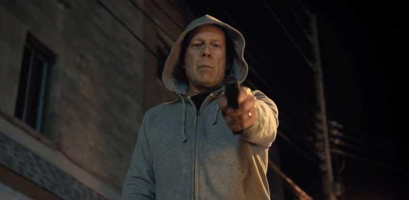布魯斯威利 在 2018 年版《猛龍怪客》中,飾演一位必須以暴制暴 私刑懲惡 的外科醫生。