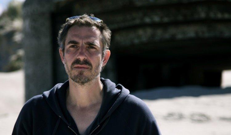 《Small Dark Look》預計將由《拆彈少年》導演馬汀贊帝維執導。