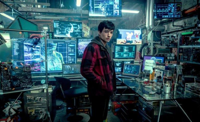 在《正義聯盟》中登場的「閃電俠」(伊薩米勒飾演)。