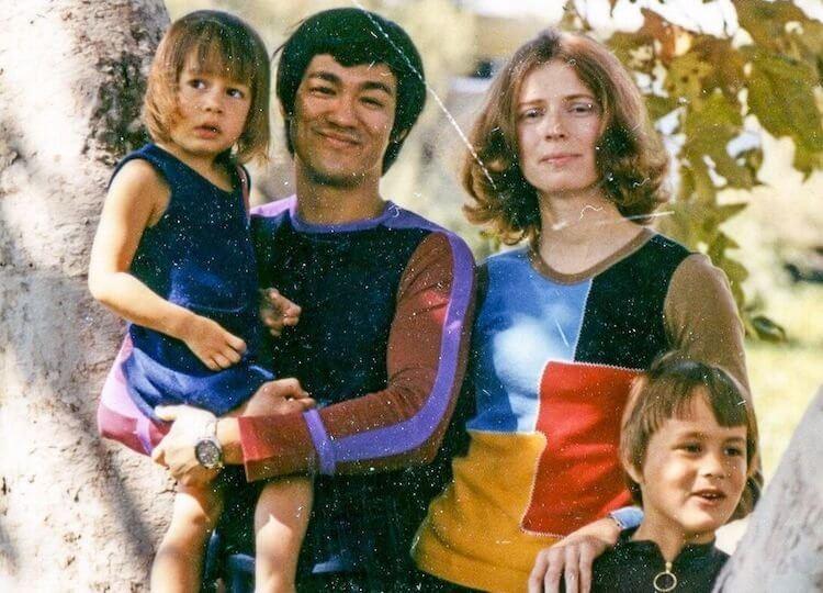 在昆汀《從前,有個好萊塢...》電影背後,已逝功夫影星李小龍與家人所留下的昔日合影。