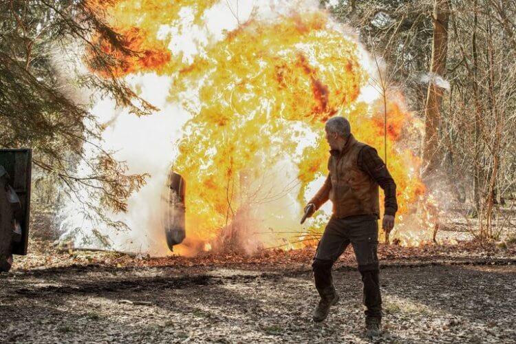 Netflix 電影《血土》老父為愛女奮勇抗敵的劇情,令人想起《藍波:最後一滴血》,看著主角如何運用對場地的了解,對抗來犯的幫派。