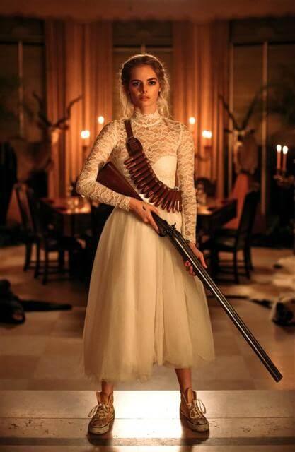 《弒婚遊戲》裡薩瑪拉威明穿著白紗手拿獵槍的姿態絕對會令人印象深刻。