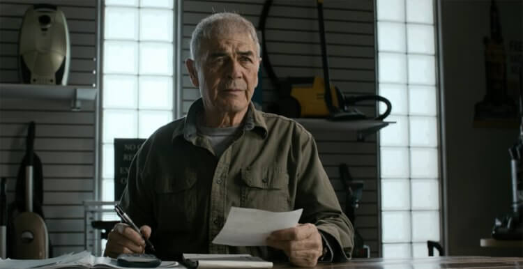 勞勃佛斯特在《絕命毒師》影集中飾演一名吸塵器店老闆。