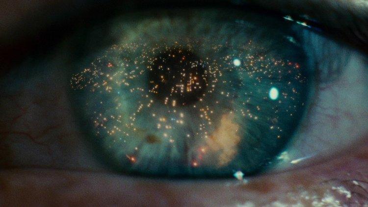 動畫電影《阿基拉》中有著與經典科幻電影《銀翼殺手》相似的眼睛畫面。