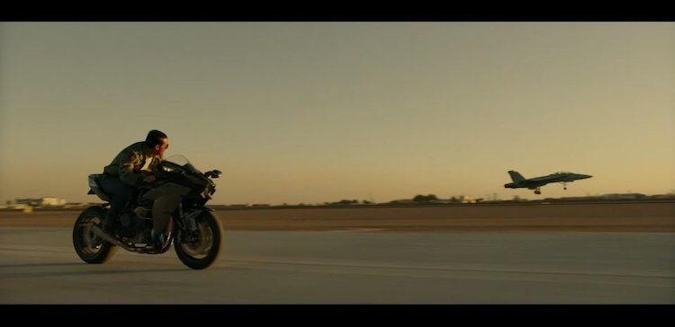 親力親為的湯姆克魯斯,即便年紀逼近 60 大關,《捍衛戰士:獨行俠》中飛車追戰鬥機等等特技動作還是通通自己來。