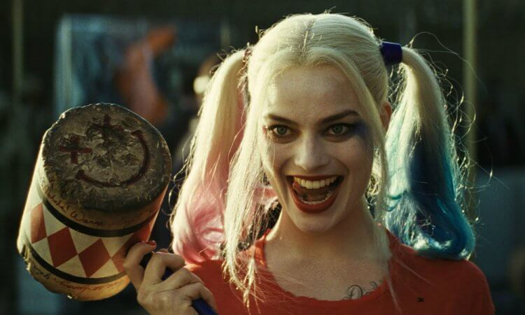 有部分粉絲認為 DC 漫畫經典角色「小丑女」哈莉奎茵的誕生是受到《坦克女郎》啟發,圖為瑪格羅比在電影《自殺突擊隊》所飾演的小丑女造型。