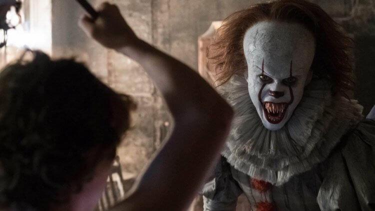 由比爾史柯斯嘉飾演恐怖小丑的史蒂芬金恐怖小說同名電影《牠》劇照。