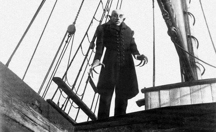 奉俊昊表示自己受到德國表現主義代表作品——穆瑙《不死殭屍—恐慄交響曲》相當大的影響。