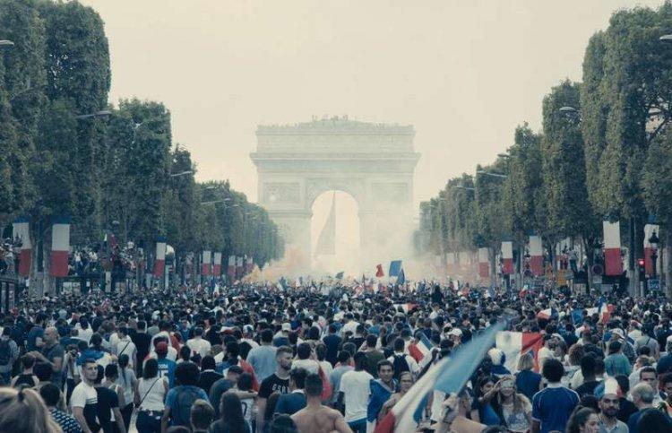 拉德利執導的《悲慘世界》以法國奪得世足冠軍後,民眾歡聲雷動開場。