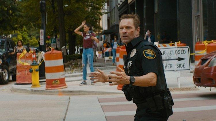 這次「總統」不用人家救!亞倫艾克哈特《絕命直播》最新警匪動作電影爆破、槍戰、飛車追逐全都來首圖