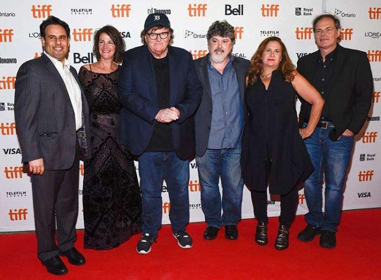 《華氏 11/9》導演麥可摩爾(左三)。