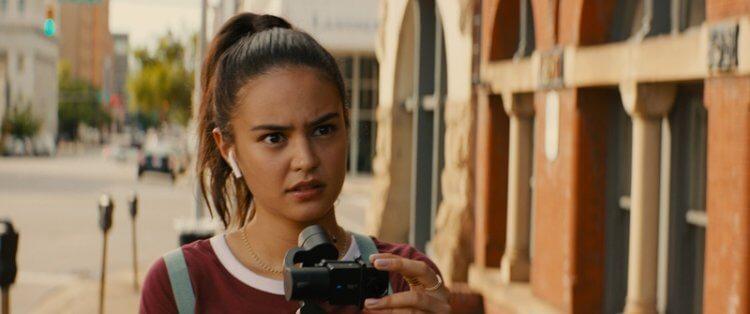 寇特妮伊頓在警匪動作電影《絕命直播》在危險緝凶行動直播擔任實況記者。