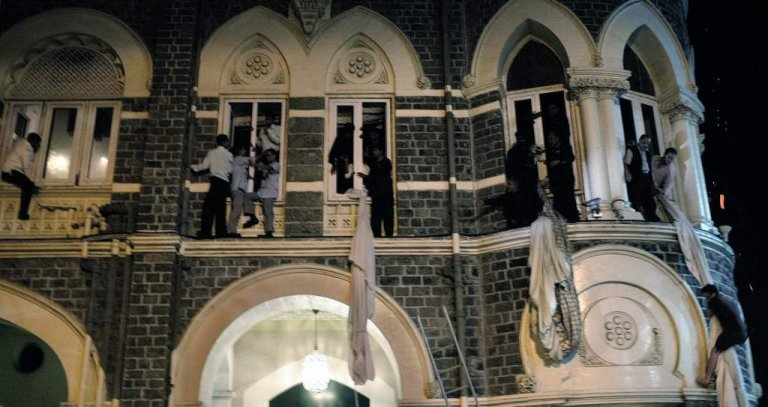 新聞資料中的 2008 年孟買恐攻事件,實際經過的時間比電影《失控危城》中的描述還要久,造成無可挽回的傷亡。