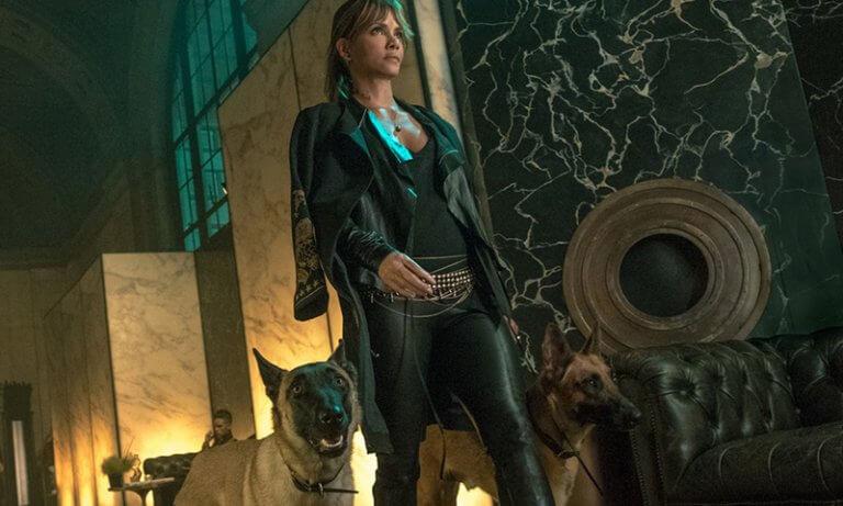 《捍衛任務 3:全面開戰》中,荷莉貝瑞所飾演的角色也「與狗同行」。