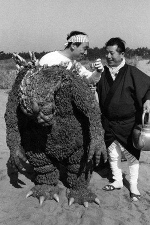 特攝電影《 哥吉拉 》中,全靠 皮套演員 奮力演出怪獸動作。