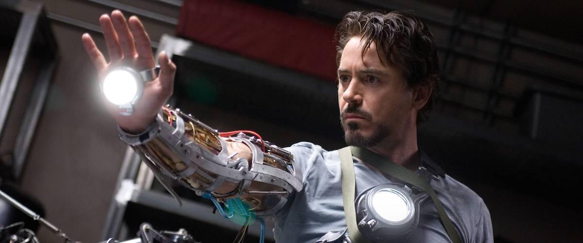 漫威工作室名義的第一支漫改超級英雄電影:2008 年由小勞勃道尼主演的《鋼鐵人》。