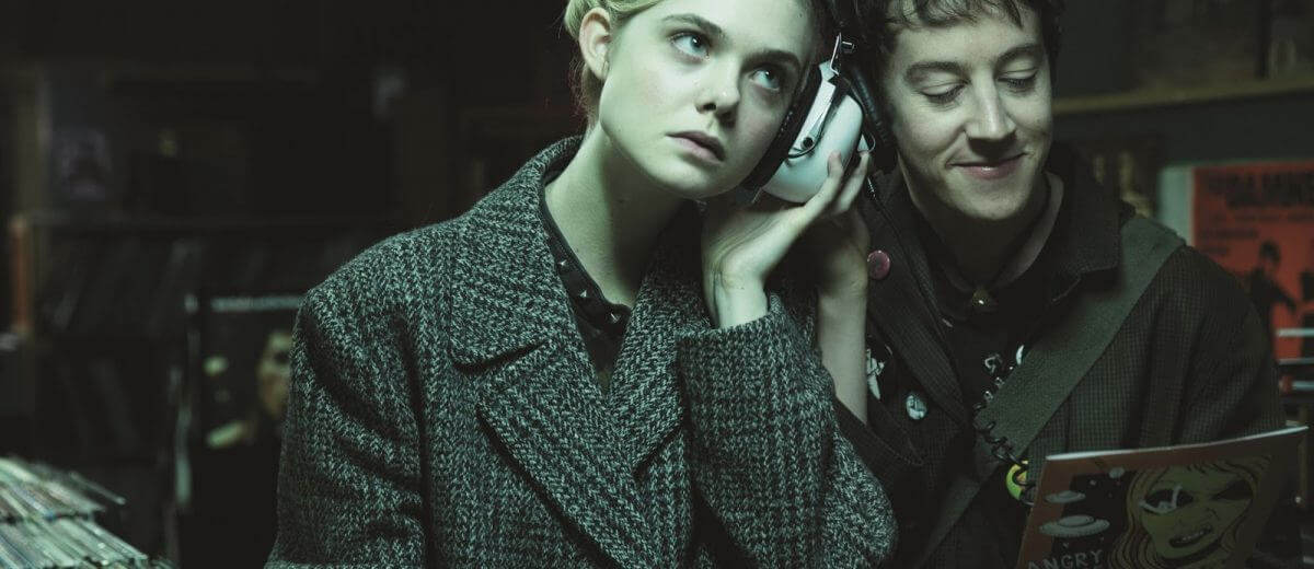 超ㄎㄧㄤ科幻片《派對撩妹守則》:艾兒芬妮飾演外星美少女