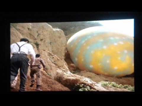 《魔斯拉對哥吉拉》故事始於開發商發現一顆斑斕的巨蛋。