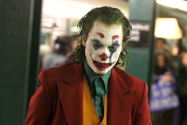 瓦昆菲尼克斯 將在《 小丑 》 起源電影 中陸續揭露多種「 小丑裝 」。