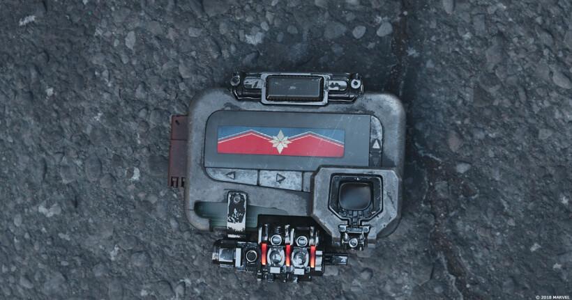 由山繆傑克森飾演的尼克福瑞,手中滑落的 BB Call 所顯示的符號正是「驚奇隊長」。
