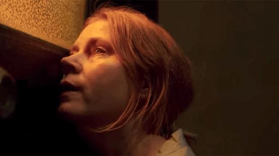 艾美亞當斯主演驚悚小說《後窗的女人》改編電影《窺探》。