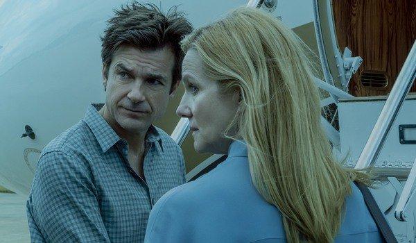 Netflix 影集《黑錢勝地》主演的傑森貝特曼以及飾演他妻子的蘿拉琳妮。