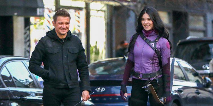 《鷹眼》片場中的傑瑞米雷納以及海莉史坦菲德。