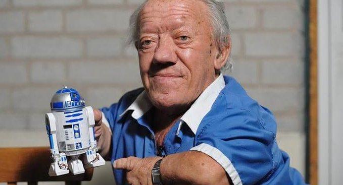 在《星際大戰》系列電影飾演 R2-D2 的演員肯尼貝克。