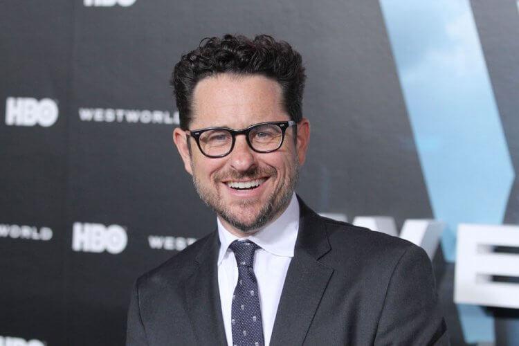 與華納媒體簽下五年大約的導演 J.J. 亞伯拉罕,將在串流影音平台 HBO Max 大展身手,推出《鬼店》影集與《黑暗正義聯盟》影集。