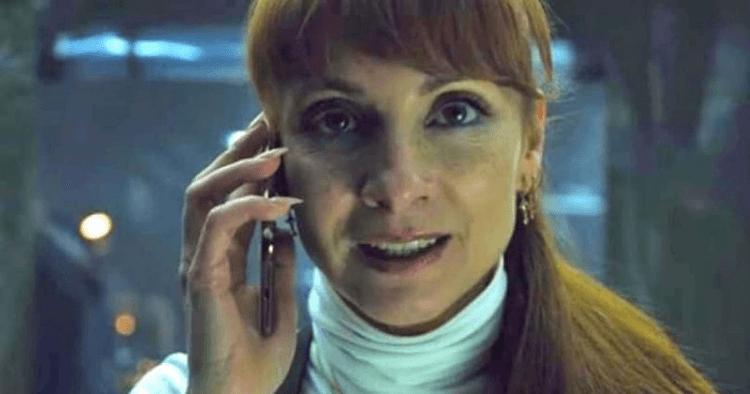 《紙房子》中飾演艾莉西亞的納瓦尼姆利。