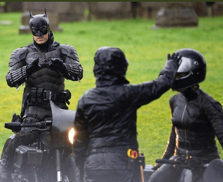 由羅伯派汀森主演的《蝙蝠俠》最新片場照,可見一名頭戴全罩安全帽、身穿黑色緊身衣的一名女性。