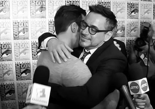 「鋼鐵人」小勞勃道尼與「美國隊長」克里斯伊凡互相擁抱。