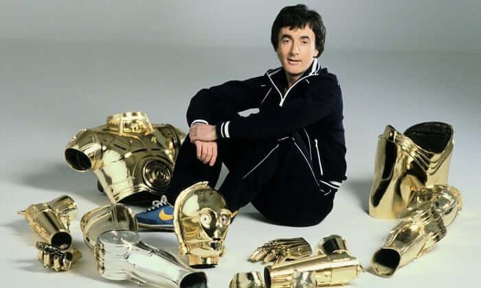 在《星際大戰》電影飾演 C-3PO 的安東尼丹尼斯。