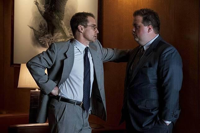 克林伊斯威特導演電影《李察朱威爾事件》山姆洛克威爾(左)飾演李察朱威爾(右)的律師華森。