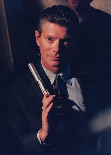 2001 年《獵殺臥底特警》史帝芬朗漸漸轉型為我們現在所熟知的形象。