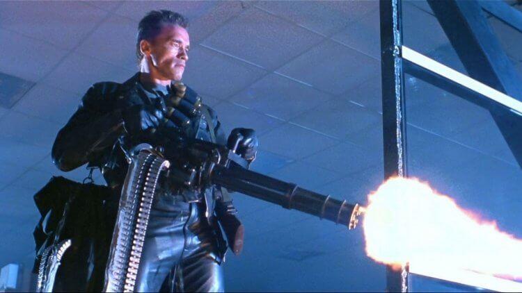 更大的鎗:此前沒有電影角色能這樣舉起迷你炮機槍發射。