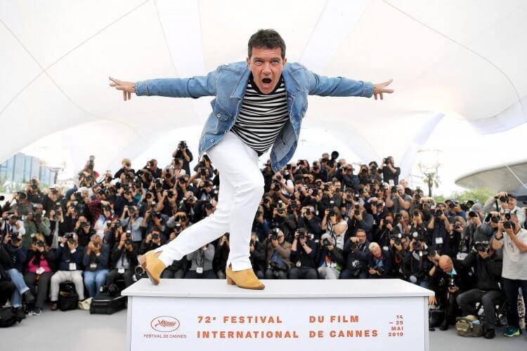 以《痛苦與榮耀》一片獲得 2019 年坎城影展影帝的安東尼奧班德拉斯。
