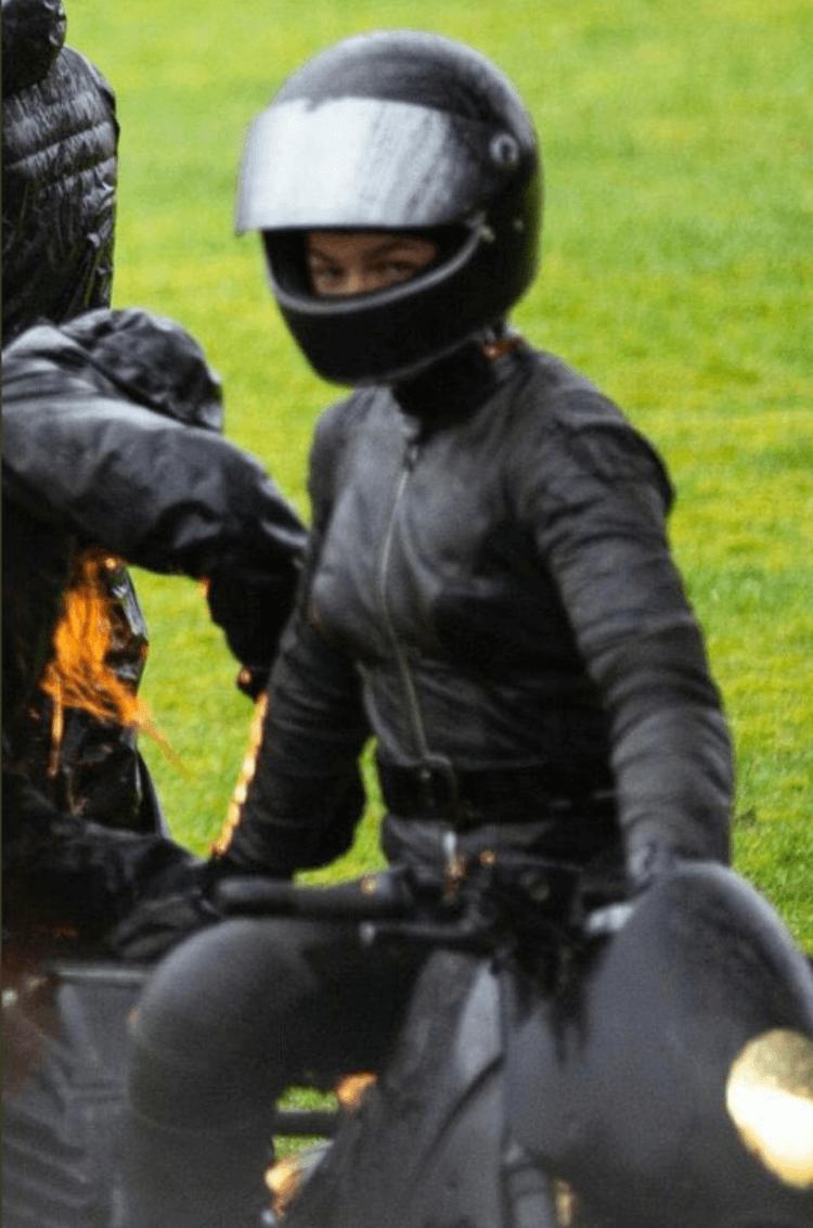 由羅伯派汀森主演的《蝙蝠俠》最新片場照,可見一名頭戴全罩安全帽、身穿黑色緊身衣的一名女性,可能就是貓女。