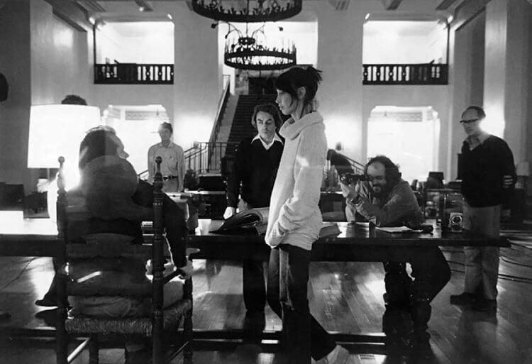 《鬼店》拍攝現場,雪莉杜瓦與傑克尼克森正在排戲。