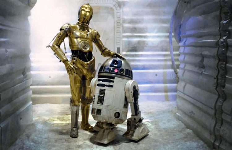 《星際大戰》安東尼丹尼斯飾演的 C-3PO 與肯尼貝克飾演的 R2-D2 。