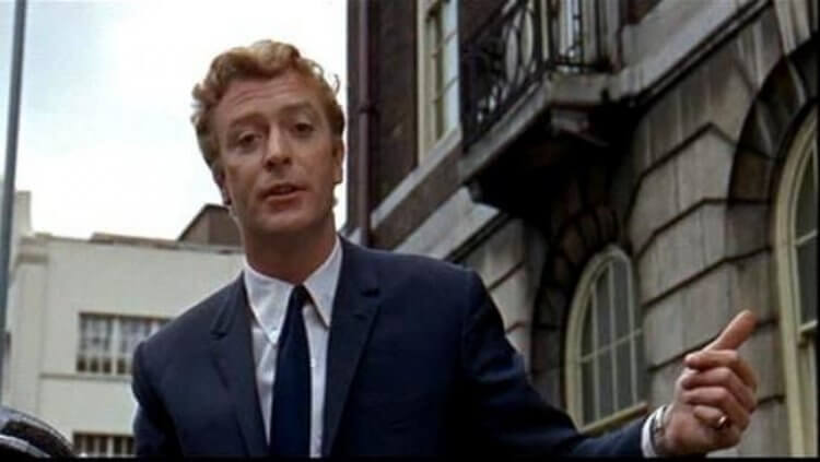 在《風流奇男子》裡,肯恩常常打破第四面牆向觀眾說話。