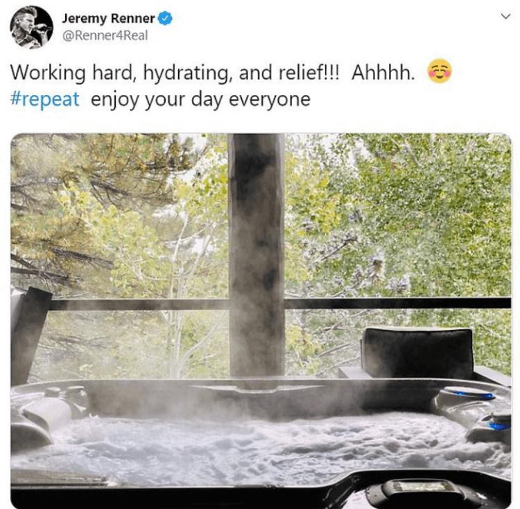 傑瑞米雷納在推特分享的泡澡放鬆的圖文。