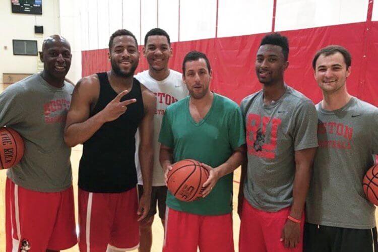亞當山德勒熱愛打籃球,可在波士頓大學看到他打球的身影。