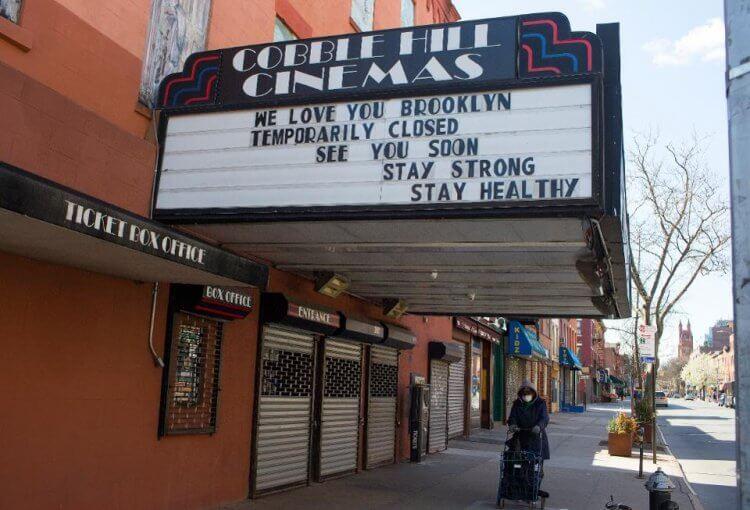 掛出暫時歇業公告的紐約電影院