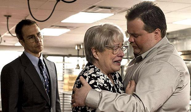 真實事件改編電影《李察朱威爾事件》片中,凱西貝茲(中)飾演李察朱威爾的母親,表現真摯動人。