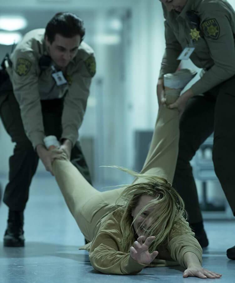 《隱形人》主角伊莉莎白摩斯,演活了看不見的隱形人。