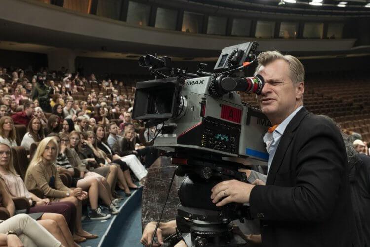 以 IMAX 攝影機拍攝《天能》的諾蘭。